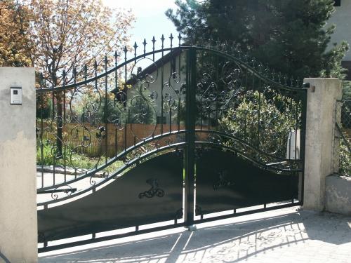 Les portails semi festonnes for Portail en fer forge